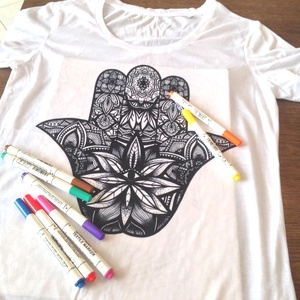 Színezhető póló egyedi grafikával, kifestős póló hamsa fatima keze mandalával, Gyerek & játék, Játék, Táska, Divat & Szépség, Ruha, divat, Női ruha, Póló, felsőrész, Varrás, Hímzés, Színezhető póló egyedi grafikával\n\nTERMÉKLEÍRÁS:\n• szín: fehér \n• méretek: Női (XS, S, M, L, XL) / F..., Meska