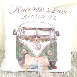 Egyedi Esküvői nászajándék párna névvel és dátummal, Retro Volkswagen Buszos Emlékpárna személyre szóló, esküvői ajándék, Nászajándék, Emlék & Ajándék, Esküvő, Varrás, Festészet, ELKÉSZÍTÉS & SZÁLLÍTÁS:\nNormál elkészítési idő: 3-4 munkanap (+szállítási idő)\nSürgősségi elkészítés..., Meska