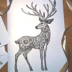 Szarvasos karácsonyi üdvözlőlap, Kinyitható kézműves lap, Virágos szarvas mintás képeslap borítékkal karácsoyi üdvözlet, Karácsony & Mikulás, Karácsonyi képeslap, Fotó, grafika, rajz, illusztráció, Ez egy kinyitható üdvözlőlap, gyöngyház fényű dekorpapírból és egyedi, kézzel rajzolt grafikával nyo..., Meska