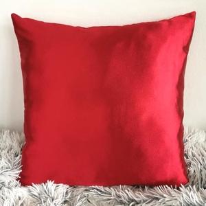 Piros selyem díszpárna, Elegáns vörös lakásdekor, piros párna, huzat + belső párna 50x50cm, Karácsony & Mikulás, Karácsonyi dekoráció, Varrás, Festészet, TERMÉKLEÍRÁS:\nLevehető huzat + minőségi belső párna\nméretek: 50x50cm\n• huzat színe: alma piros\n• alu..., Meska