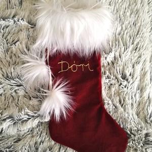 Mikulás zokni bordó bársonyból, egyedi arany név hímzéssel, Karácsonyi bársony dísz zokni, Mikulás csizma ajándék, Karácsony & Mikulás, Karácsonyi dekoráció, Varrás, Hímzés, KÉZZEL KÉSZÍTETT ELEGÁNS MIKULÁS ZOKNI, EGYEDI ARANY HÍMZÉSSEL\n\nELKÉSZÍTÉS & SZÁLLÍTÁS:\nNormál elkés..., Meska