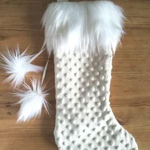 Mikulás zokni natúr fehér krém színű pliss, elegáns hosszú műszőrmével, karácsonyo dísz zokni, Mikulás csizma ajándék, Karácsony & Mikulás, Mikulás, Varrás, Hímzés, KÉZZEL KÉSZÍTETT ELEGÁNS MIKULÁS ZOKNI\n\nTERMÉKLEÍRÁS:\nszínek: natúr fehér / krém \n• mérete: 47 x 22c..., Meska