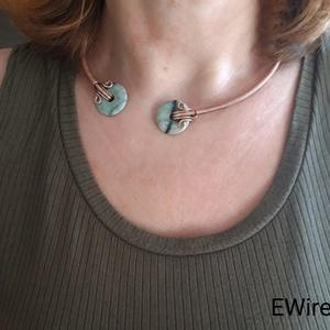 Réz nyakék zöld csíkos jade ásványékszer, drótékszer, egyedi kézműves drót nyakék, Ékszer, Nyaklánc, Esküvő, Esküvői ékszer, Ékszerkészítés, Fémmegmunkálás, Különleges nyitott nyakék. Minimalista stílust képvisel, felvéve nagyon jól mutat, különösen akkor, ..., Meska