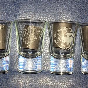 Game of thrones Trónok harca pálinkás üveg pohár készlet kézzel gravírozott  férfi ajándék, bögre, Egyéb, Férfiaknak, Sör, bor, pálinka, Üvegművészet, Game of thrones\nTrónok harca 6 családjellel kézi gravírozott 6 db-os pálinkás pohár szett.\n\nA pohara..., Meska