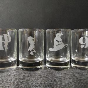 HARRY POTTER pálinkás üveg pohár készlet kézzel gravírozott, opcionálisan fa ajándék dobozzal  férfi ajándék, Otthon & Lakás, Konyhafelszerelés, Pohár, Üvegművészet, Harry Potter sziluettekkel, kézi gravírozott 4 db-os pálinkás pohár szett.\nA poharakon Harry Potter ..., Meska