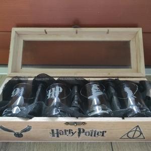 HARRY POTTER pálinkás üveg pohár készlet kézzel gravírozott + fa ajándék dobozzal férfi ajándék, Otthon & Lakás, Konyhafelszerelés, Pohár, Üvegművészet, Harry Potter sziluettekkel, kézi gravírozott 4 db-os pálinkás pohár szett.\nA poharakon Harry Potter ..., Meska