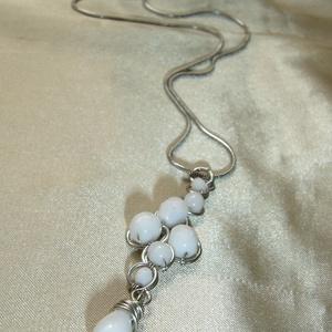 Fehér gyöngyös drótékszer medál csepp függővel, nyaklánc (ExerM) - Meska.hu