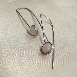 Rózsakvarc minimál design fülbevaló, Ékszer, Fülbevaló, Ezüstözött ékszerdróttal befoglalt hosszú fülbevaló 6 mm-es rózsakvarc ásvány gyönggyel. Hossza 3,8 ..., Meska