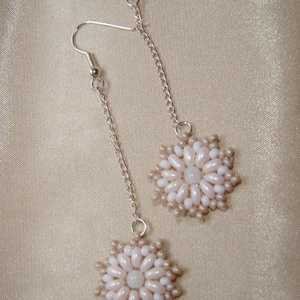 Drapp-fehér hosszú gyöngy virág fülbevaló (ExerM) - Meska.hu