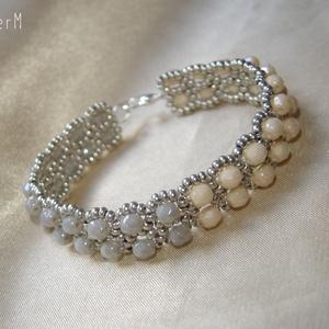 Ekrü-szürke minimál style gyöngy karkötő, Ékszer, Karkötő, Ekrü és szürke színű cseh csiszolt gyöngyökből és matt ezüst kásagyöngyökből készült minimál stílusú..., Meska