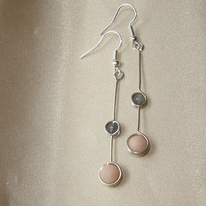 Duo dots - szürke és púder ásvány fülbevaló, Ékszer, Fülbevaló, 6 mm-es matt púderrózsaszín aventurin és 4 mm-es szürke achát gyöngy befoglalásával készült hosszú e..., Meska