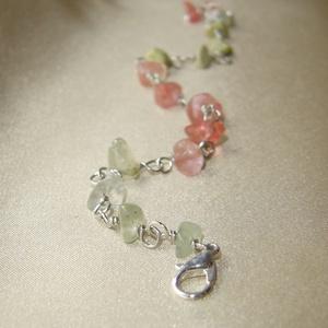 Virágzó cseresznye ásvány karkötő, Ékszer, Karkötő, Rózsaszín cseresznyekvarc, áttetsző zöld prehnit és zöld szerpentin ásvány splitterek felhasználásáv..., Meska