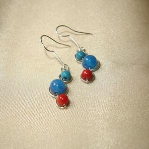 Színes apró ásvány fülbevaló, Ékszer, Fülbevaló, Apró minimalista ásvány fülbevaló 6 mm-es kék acháttal, 4 mm-es zöld krizokollával és piros korallal..., Meska
