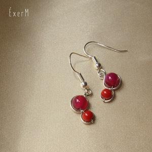 Duo dots apró fülbevaló acháttal és korallal, Ékszer, Fülbevaló, Gyönyörű, telített, magenta színű 6 mm-es acháttal és 4 mm-es piros korallal díszített minimalista f..., Meska