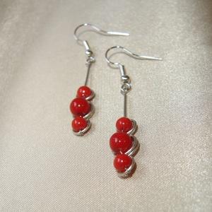 Piros trio fülbevaló korallal és kerámiával, Ékszer, Fülbevaló, 4 mm-es piros korall és 6 mm-es kerámia gyöngyökkel díszített minimalista fülbevaló. Alapja kézzel h..., Meska