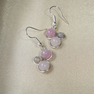 Rózsaszín-szürke ásvány trio fülbevaló, Ékszer, Fülbevaló, 6 mm-es rózsakvarccal, angelittel és 4 mm-es szürke achát ásvány gyönggyel díszített trio fülbevaló...., Meska