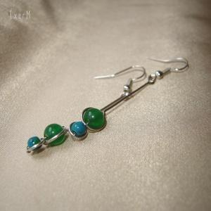 Kék-zöld duo hosszú ásvány fülbevaló, Ékszer, Fülbevaló, Fémmegmunkálás, Ékszerkészítés, 6 mm-es élénkzöld karneollal és 4 mm-es kékeszöld krizokollával díszített minimalista hosszú fülbeva..., Meska