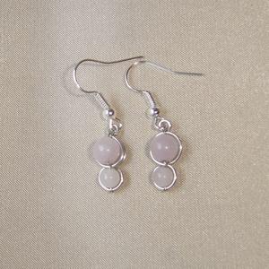 Rózsakvarc-morganit pasztell rózsaszín ásvány duo fülbevaló, Lógó fülbevaló, Fülbevaló, Ékszer, Ékszerkészítés, Fémmegmunkálás, 6 mm-es pasztell rózsaszín rózsakvarc és 4 mm-es morganit felhasználásával készült pici duo fülbeval..., Meska