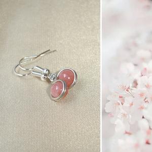 Rózsaszín angelit mono ásvány fülbevaló, Ékszer, Fülbevaló, 6 mm-es rózsaszín angelit ásvány gyöngy ezüstözött ékszerdróttal befoglalva. Hossza 1 cm, akasztóval..., Meska