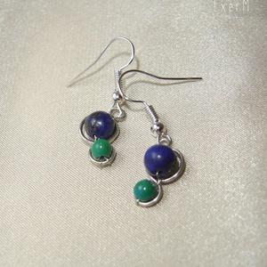 Kék-zöld ásvány duo fülbevaló, Ékszer, Fülbevaló, Ékszerkészítés, Fémmegmunkálás, 6 mm-es sötétkék lápisz lazuli és 4 mm-es zöld \nkrizokolla felhasználásával készült apró duo fülbeva..., Meska