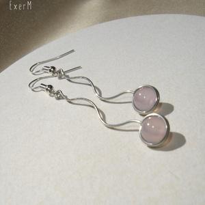 Rózsaszín hullám pasztell amazonit ásvány fülbevaló, Ékszer, Fülbevaló, 6 mm-es pasztell rózsaszín amazonit ásvány gyönggyel díszített hullámos drótékszer fülbevaló. Alapja..., Meska