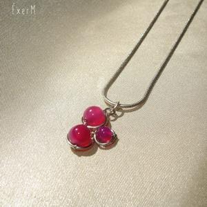 Pink trio ásvány medál, nyaklánc, Ékszer, Nyaklánc, 4 és 6 mm-es pink achátokkal díszített apró drótékszer medál, nyaklánc. Alapja kézzel hajlított ezüs..., Meska