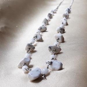 Fehér howlit hosszú ásvány nyaklánc, Ékszer, Nyaklánc, Ékszerkészítés, Fémmegmunkálás, Fehér howlit ásvány splitterekkel és fehér kerek üveggyöngyökkel díszített hosszú ezüstözött nyaklán..., Meska