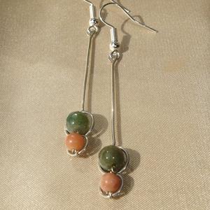 Zöld-barna hosszú duo fülbevaló ásványokkal, Lógós fülbevaló, Fülbevaló, Ékszer, Ékszerkészítés, Fémmegmunkálás, 6 mm-es csiszolt zöld indiai achát és 4 mm-es barna rózsaopál ásvány gyöngyökkel díszített minimalis..., Meska