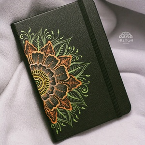 Notesz virágos fél mandal mintával, A/6-os, sima lapú, szabadkézzel festett egyedi napló, füzet, Otthon & Lakás, Papír írószer, Jegyzetfüzet & Napló, Festett tárgyak, Egyedi notesz A/6-os méretben, gumipánttal, így nem nyílik ki a táskádban sem! \nTökéletes rajzolgatá..., Meska