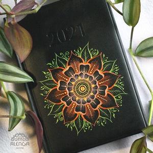 Határidőnapló virágos mandala mintával, A/5-ös, napi beosztású naptár, festett egyedi napló, Otthon & Lakás, Papír írószer, Jegyzetfüzet & Napló, Festett tárgyak, Egyedi határidőnapló, A/5-ös méretben,  napi beosztással. Csak ez az egy van belőle.:)  Saját tervez..., Meska