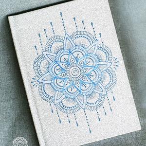 Csillogó ezüst jegyzetfüzet mandala mintával, A6-os, vonalas, egyedi napló, füzet, Otthon & Lakás, Papír írószer, Jegyzetfüzet & Napló, Festett tárgyak, Egyedi, szabad kézzel festett A6-os méretű vonalas jegyzetfüzet.  Csak ez az egy van belőle.:)  \nA n..., Meska