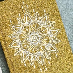 Csillogó arany jegyzetfüzet mandala mintával, A6-os, vonalas, egyedi napló, füzet, Otthon & Lakás, Papír írószer, Jegyzetfüzet & Napló, Festett tárgyak, Egyedi, szabad kézzel festett A6-os méretű vonalas jegyzetfüzet.  Csak ez az egy van belőle.:)  \nA n..., Meska