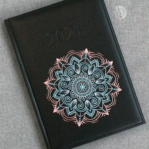 Határidőnapló rosegold-kék mandala mintával, A/5-ös, napi beosztású, szabadkézzel festett egyedi napló, Otthon & Lakás, Papír írószer, Jegyzetfüzet & Napló, Festett tárgyak, Egyedi határidőnapló, A/5-ös méretben,  napi beosztással. Csak ez az egy van belőle.:)  Saját tervez..., Meska
