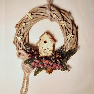 Faházikós téli ajtódísz, Otthon & Lakás, Karácsony & Mikulás, Karácsonyi kopogtató, Virágkötés, Vesszőkoszorúra kis faházikót rögzítettem, műfenyővel bogyókkal, toboz terméssel zsenília zsinórral ..., Meska