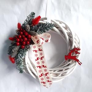 Piros Rénszarvas Karácsonyi Ajtódísz, Otthon & Lakás, Karácsony & Mikulás, Karácsonyi kopogtató, Virágkötés, Fehér színű vessző alapra piros bogyós terméseket, műfenyőt használva díszítettem és a koszorú hangu..., Meska