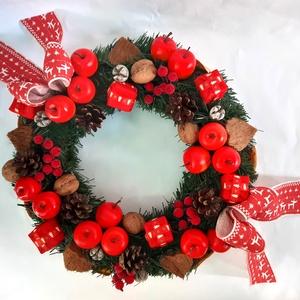 Piros alma -Dió Karácsonyi koszorú, Otthon & Lakás, Karácsony & Mikulás, Karácsonyi kopogtató, Virágkötés, Szalma koszorúalapra fenyőágakat rögzítettem, műalmákkal, különböző termésekkel, (dió, toboz) szárít..., Meska