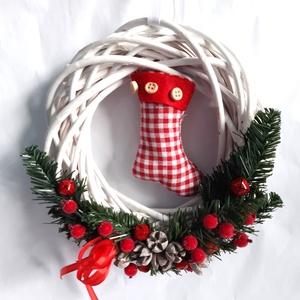 Piros Kockás Mikulás Csizmás Karácsonyi Ajtódísz, Otthon & Lakás, Karácsony & Mikulás, Karácsonyi kopogtató, Virágkötés, Fehér színű vessző alapra, textilből készült mikulás csizma várja a Mikulás érkezését. Ezenkívül műf..., Meska