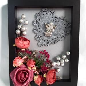 Ezüstszínű Angyalkás 3D Képkeret, Otthon & Lakás, Karácsony & Mikulás, Karácsonyi dekoráció, Mindenmás, Virágkötés, 3D képkeretben ezüstszínű háttérben ezüstszínű angyalka, selyemvirágok, műbogyókkal, ezüstszínű bogy..., Meska