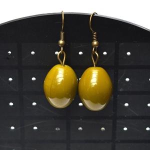 Olivabogyó fülbevaló, Ékszer, Fülbevaló, A fülbevaló alapra oliva bogyó formájú zöld üveggyöngy került. Hossza - a fülbevaló alap nélkül - 2,..., Meska