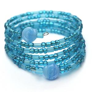 Kék örvény karkötő, Ékszer, Karkötő, A memória karkötő alapra áttetsző kék nagyméretű kásagyöngyöket, hosszúkás matt világoskék üveggyöng..., Meska