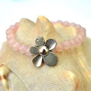 Szeretet virág karkötő, Ékszer, Karkötő, A karkötő rózsakvarc gyöngyből és egy nagy fém virágból készült. A karkötő gumis damil alapra készül..., Meska