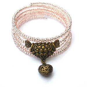 Ahmesz királyné karkötő, Ékszer, Esküvő, Karkötő, A memória karkötő alapra áttetsző rózsaszín nagyméretű kásagyöngyöket, valamint két antik bronz szív..., Meska