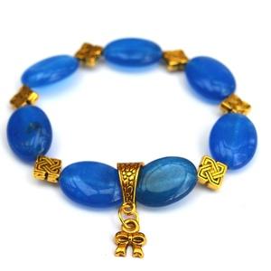 Sikk karkötő acháttal, Ékszer, Karkötő, A gumis karkötő alapra nagyméretű áttetsző ovális formájú kék achát gyöngyöket valamint arany köztes..., Meska