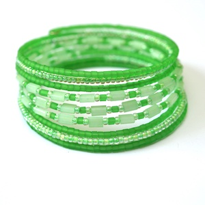Zöld bokor karkötő, Ékszer, Karkötő, A memória karkötő alapra rengeteg világos  zöld árnyalataiban pompázó üveg- és kásagyöngy került. A ..., Meska