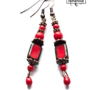 Romantikus ribizli fülbevaló, Ékszer, Fülbevaló, A fülbevaló bronz színű fülbevaló alapra készült. Különböző formájú és méretű piros színű üveggygöny..., Meska