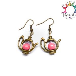 Frissítő tea fülbevaló, Ékszer, Fülbevaló, Ékszerszett, A fülbevalók sárgaréz alapra akasztott teáskannából készültek, melyekre élénk színű rózsaszín gyöngy..., Meska