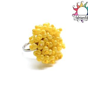 Citrom gyűrű, Ékszer, Gyűrű, Az állítható gyűrűalapra citrom sárga kásagyöngyök, valamint selymesen csillogó sárga színű 6 mm-es ..., Meska