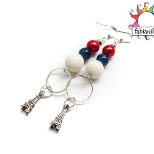 Eiffel fülbevaló, Ékszer, Fülbevaló, A fülbevaló alapra piros tekla, kék üveg-, illetve fehér nagyméretű korall gyöngyök és egy-egy Eiffe..., Meska
