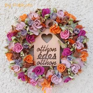 Házikós színes kopogtató ajtódísz 29cm , Otthon & lakás, Dekoráció, Lakberendezés, Ajtódísz, kopogtató, Virágkötés, Színes, egyedi, menyecske rózsákat idéző szinvilágú ajtódísz! \n\nA szalmaalapot bevontam , majd fa há..., Meska