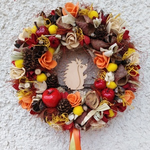 Sün Soma gyűjtöget - őszi ajtódísz 24 cm kopogtató , Otthon & lakás, Dekoráció, Lakberendezés, Ajtódísz, kopogtató, Virágkötés, Egyedi színes őszi dekoráció. \n\nEgy szalmaalapot bevontam, majd saját gumivirágokkal, termésekkel, k..., Meska